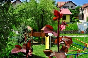 Дрвена кула са тобоганом на травнатом делу дворишта