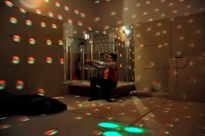 Сензорна соба обасјана диско куглом